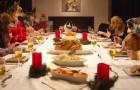 13 chiens et 1 chat: voilà le dîner de Noel le plus AMUSANT que vous ayez vu