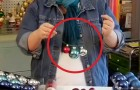 Door gebruik te maken van een kledinghanger en wat ballen, maakt deze vrouw een stuk dat u zal verbazen