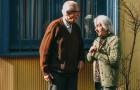 Vid 93-års ålder blir han förälskad i en annan kvinna och begär skilsmässa för att