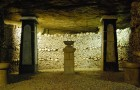 Il mondo sotterraneo delle catacombe di Parigi: un luogo oscuro di arte e di storia