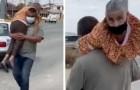 Trasporta sulle spalle la madre disabile per portarla a fare il vaccino anti-Covid: un figlio esemplare