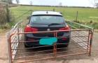 Turista lascia l'auto davanti al cancello di un terreno: il contadino si vendica recintandola