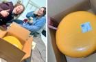 Ela sai com um jovem agricultor e ele lhe dá uma roda de queijo de 12 kg no primeiro encontro