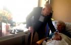 Voor het 57-jarig huwelijk verschijnt hij bij zijn vrouw in het ziekenhuis in smoking en met een bos bloemen