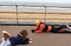 Ein autistisches Kind hat einen Anfall und legt sich auf den Boden: Ein Passant legt sich neben ihn, um ihn zu beruhigen