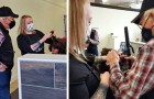 Prende lezioni di trucco per imparare a curare i capelli e il make-up della moglie anziana che non ci vede più