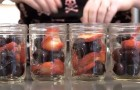 She fills the jars with fruit and puts them in the oven: the result is DELICIOUS!
