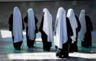 Zwei Nonnen gehen auf eine Mission nach Afrika und entdecken bei ihrer Rückkehr, dass sie schwanger sind