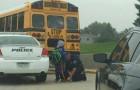 Polizist begleitet das Kind, das den Schulbus verpasst hatte, zur Schule: Er wollte es nicht allein zu Fuß gehen lassen