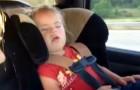 Sie scheint zu schlafen, aber wartet ab, bis das Lied beginnt...