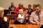 """Das Kind ruft während des Adoptionsurteils """"Papa"""": das Wort, auf das der Richter gewartet hatte"""