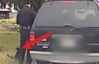 O policial está tentando fazer uma multa, mas tem alguém que não vai deixar...
