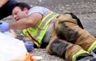 Bombeiro acalma uma criança após um acidente fazendo com que brincasse com o seu celular: a foto comovente