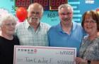 Hij wint $22 miljoen in de loterij en deelt die met zijn beste vriend: 30 jaar geleden hebben ze een belofte gedaan