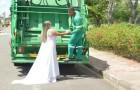 De bruid besluit trouwfoto's te maken op de vuilniswagen om het werk van haar man te eren