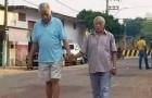 Dois idosos caminham pela rua de mãos dadas - a imagem da verdadeira amizade