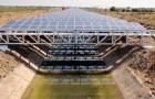 Diese über Kanälen installierten Sonnenkollektoren könnten Milliarden Liter Wasser sparen