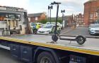 Polizisten beschlagnahmen einen Motorroller und laden ihn auf einen riesigen Abschleppwagen: Spott in sozialen Medien