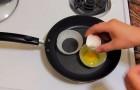 Il casse des œufs à l 'intérieur d'onion rings: le petit dej' est exquis!