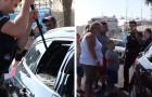 Poliziotto salva due cani da un'auto lasciata sotto al sole: la proprietaria si arrabbia per il vetro rotto