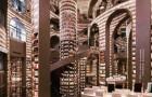 Questa maestosa libreria con soffitto a specchi sembra un labirinto dal quale è difficile uscire