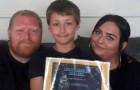 Mit elf Jahren stürzt er sich ins Meer, um das Leben eines anderen Kindes zu retten, das zu ertrinken drohte