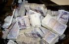 Chauffeur vindt een achtergelaten tas in de bus met € 18.000: beloond met slechts €50