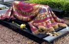 Das Grab des berühmten Tänzers Nureyev scheint von einem kostbaren Teppich bedeckt zu sein, aber in Wahrheit ist es ein Mosaik