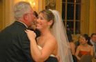 Vai ao casamento da enteada mas chega atrasado ao da filha biológica: ela não o perdoa