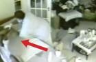 Sie installiert eine versteckte Kamera und filmt das, was dem Vater passiert. Furchtbar.