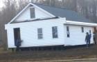 80 mannen tillen een heel huis met hun blote handen op en verplaatsen het naar een andere plek