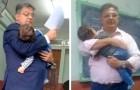 Professor hält den kleinen Sohn einer Studentin auf dem Arm, damit sie dem Seminar besser folgen kann