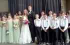 Uma professora do ensino fundamental pede que seus alunos sejam padrinhos e madrinhas em seu casamento