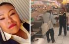 A vendedora dá um par de sapatos novos a um homem idoso em dificuldade que entrou na loja