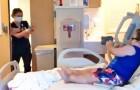 Verpleegster zet een gevecht in scène met speelgoedgeweren om een ziek kind aan het lachen te maken