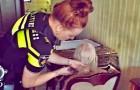 Eine von allen verlassene alte Frau erhält Besuch von einigen Polizisten, die mit ihr zu Abend essen und ihr die Haare schneiden