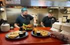 I clienti insultano il personale: il ristorante chiude per celebrare