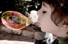 Kind bläst Seifenblasen auf seinem Balkon: Die Nachbarn rufen die Polizei, damit es mit einem Bußgeld belegt wird