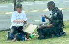 Policial compra uma pizza e compartilha com uma sem-teto: a foto se torna viral