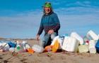 Hij liep maandenlang over het strand van zijn land en verzamelde alleen al meer dan 425 kg afval