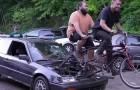 Drei junge Mechaniker verwandeln einen Kleinwagen in ein Tandemauto