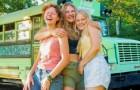 Tre kvinnor upptäcker att de är tillsammans med samma kille, dumpar honom och åker på semester tillsammans