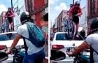 Een auto blokkeert het fietspad: een fietser klimt er met zijn fiets op