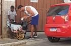 Kind verkauft Spielzeug, um seiner armen Familie zu helfen: Sein Handwagen bricht, und ein Fremder kauft das ganze Spielzeug