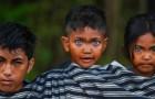 Fotograaf legt de zeldzame en betoverende blauwe ogen vast van leden van een Indonesische stam
