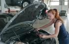 Un homme voit une femme travailler dans un garage et insiste pour qu'elle ne touche pas à sa voiture