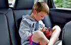 Costringe gli amici della figlia ad indossare la cintura di sicurezza in macchina ma finisce per litigare con la madre