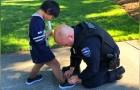 Twee politieagenten zien een kind zonder schoenen en met gescheurde sokken: kort daarna geven ze hem nieuwe schoenen