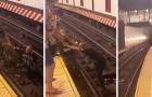 Een passagier springt op het spoor om een man in een rolstoel te redden die van het perron viel