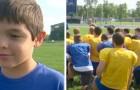 Een kind met een handicap is het doelwit van pestkoppen, maar het voetbalteam vrolijkt hem op